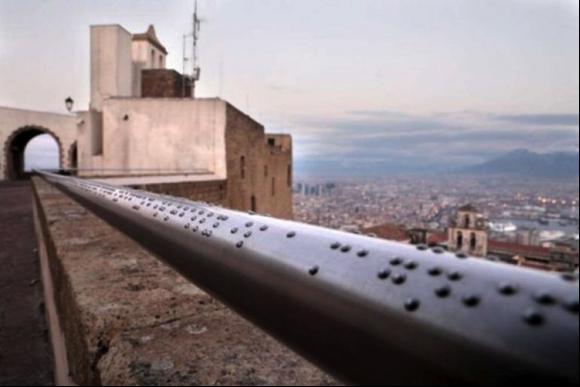 """""""Follow the shape""""   obra de Paolo Puddu, que muestra una descripción de los lugares de la ciudad en Braille (en italiano) en el pasamanos de la terraza panorámica de la Piazza d'Armi de Castel Sant'Elmo."""